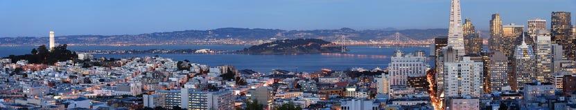 San Francisco bij schemer (Panoramisch schot) Stock Afbeeldingen