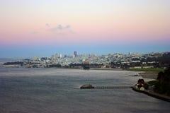 San Francisco céntrico después de la puesta del sol según lo visto del Golden Gate Foto de archivo
