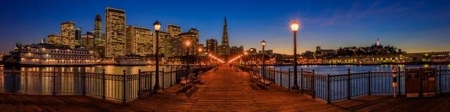San Francisco céntrico y la pirámide de Transamerica en Chrismas Imágenes de archivo libres de regalías