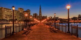 San Francisco céntrico y la pirámide de Transamerica en Chrismas Fotos de archivo