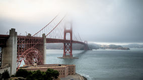 SAN FRANCISCO, CA - 6. August 2014: Starker Nebel, der Golden gate bridge bedeckt Lizenzfreies Stockfoto