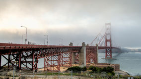 SAN FRANCISCO, CA - 6. August 2014: Starker Nebel, der Golden gate bridge bedeckt Lizenzfreie Stockbilder