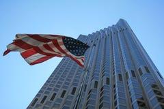 SAN FRANCISCO CA - AUGUSTI 2, 2008: Amerikanska flaggan över skyskrapa i i stadens centrum San Francisco Royaltyfri Foto