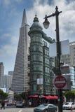 San Francisco, CA Columbus Tower et pyramide de Transamerica au secteur financier photographie stock libre de droits
