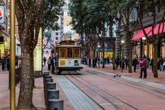 San Francisco, CA - 3 de janeiro de 2016 O trole número 24 aproxima Powell St Station ocupado Imagem de Stock