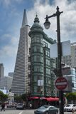 San Francisco, CA De Piramide van Columbus Tower en Transamerica-bij Financieel District royalty-vrije stock fotografie