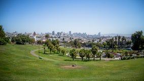 San Francisco, CA, los E.E.U.U. - 25 de julio de 2014: Panorama de Dolores Park, con San Francisco céntrico en fondo Fotografía de archivo libre de regalías