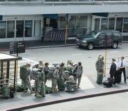 Amerikansoldater som hem går tillbaka från arbetsuppgift i den San Fransisco flygplatsen arkivbilder