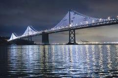 Den upplyst fjärden överbryggar i San Francisco. Fjärden Lights är en iconic ljus skulptur som planläggs av konstnären Leo Villare Arkivbild