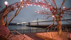 SAN FRANCISCO CA - September 02, 2014: Oakland-fjärden bron från ljusen near pir 14 på natten, San Francisco royaltyfri fotografi