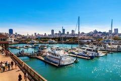 SAN FRANCISCO CA - SEPTEMBER 20, 2015: Yachter anslöt på marina för pir 39 i San Francisco med stadshorisont i bakgrund pir 39 Fotografering för Bildbyråer