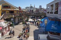 San Francisco, CA, USA - März 2016: Pier 39 an Stadt Bucht Stockbilder