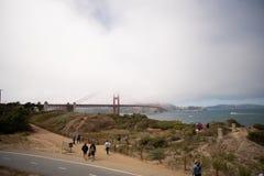 San Francisco, Califórnia - agosto 9,2016: Caminhada não identificada do turista em torno da área de recreação de Chrissy Field p imagens de stock