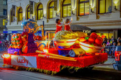 San Francisco, Califórnia - 11 de fevereiro de 2017: Parada chinesa da celebração do ano novo no bairro chinês popular e colorido Foto de Stock Royalty Free