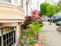 San Francisco, Califórnia, Estados Unidos da América - 4 de maio de 2016: As construções tradicionais das janelas na baixa Imagens de Stock