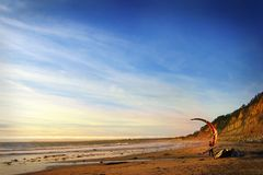 San Francisco californië De V.S. De tribune van oktober 2012 Vlieger-surft tegen een mooie zonsondergang silhouet van vliegers in stock afbeelding