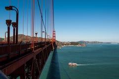 SAN FRANCISCO, CALIFORNIË - 8 SEPTEMBER, 2015 - Golden gate bridge met voetgangersoversteekplaats en boot die overgaan onder Royalty-vrije Stock Foto's