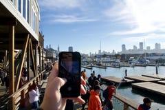 SAN FRANCISCO, CALIFORNI?, VERENIGDE STATEN - 25 NOV., 2018: Nemend een foto met cellphone bij pijler 39 het letten op zeeleeuwen stock fotografie