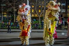 San Francisco, California - 11 de febrero de 2017: Desfile chino de la celebración del Año Nuevo en el Chinatown popular y colori Imagenes de archivo