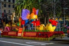 San Francisco, California - 11 de febrero de 2017: Desfile chino de la celebración del Año Nuevo en el Chinatown popular y colori Foto de archivo libre de regalías