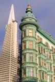San Francisco, California - 30 de junio de 2018: Columbus Tower aka el edificio del centinela y el edificio de Transamerica Imágenes de archivo libres de regalías