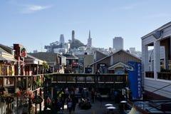 SAN FRANCISCO, CALIFORNIA, ESTADOS UNIDOS - 25 de noviembre de 2018: Área y restaurantes de compras en el embarcadero 39 y la tor imagen de archivo