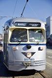 SAN FRANCISCO, CALIFORNIA, ESTADOS UNIDOS - 25 de noviembre de 2018: Coche de plata hist?rico de la calle que transporta a pasaje imagen de archivo libre de regalías