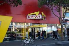 SAN FRANCISCO, CALIFORNIA, ESTADOS UNIDOS - 11 de noviembre de 2018: En-n-hacia fuera la hamburguesa en la ubicación del muelle d imagenes de archivo