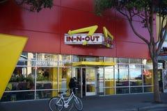 SAN FRANCISCO, CALIFORNIA, ESTADOS UNIDOS - 11 de noviembre de 2018: En-n-hacia fuera la hamburguesa en la ubicación del muelle d fotos de archivo libres de regalías