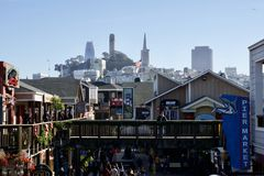 SAN FRANCISCO, CALIFORNIA, ESTADOS UNIDOS - 25 de noviembre de 2018: ?rea y restaurantes de compras en el embarcadero 39 y la tor imagen de archivo
