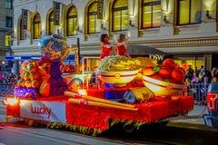 San Francisco, California - 11 febbraio 2017: Parata cinese di celebrazione del nuovo anno nella Chinatown popolare e variopinta Fotografia Stock Libera da Diritti
