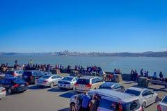 San Francisco, California - 11 febbraio 2017: Punto di vista scenico dei turisti che trascurano San Francisco dalla vista del nor Immagine Stock Libera da Diritti