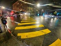 San Francisco, California, usa, 05/03/2019 żółtych linii dla pedestrians krzyżuje ulicę zdjęcia stock