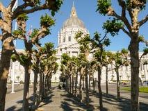 San Francisco City Hall bak träden Arkivfoton