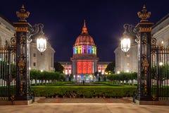 San Francisco City Hall in den Regenbogen-Farben Stockfotografie