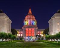 San Francisco City Hall in den Regenbogen-Farben Stockfotos