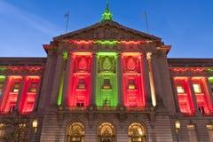 San Francisco City Hall in den Weihnachtsgrünen und roten Lichtern Stockbild