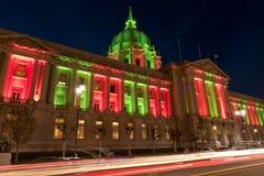 San Francisco City Hall in den Weihnachtsgrünen und roten Lichtern Lizenzfreie Stockfotos