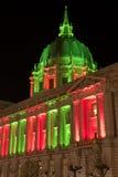 San Francisco City Hall en luces verdes y rojas de la Navidad Imagen de archivo libre de regalías