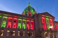 San Francisco City Hall en luces verdes y rojas de la Navidad Fotos de archivo libres de regalías