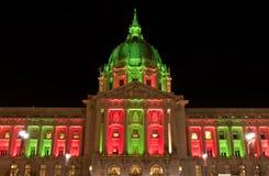San Francisco City Hall en luces verdes y rojas de la Navidad Foto de archivo libre de regalías