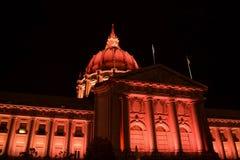 San Francisco City Hall Illuminated en rojo en la noche foto de archivo libre de regalías