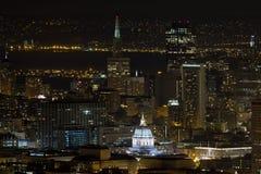 San Francisco Cityscape med stadshuset på natten arkivfoton