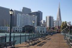 San Francisco cityscapetagande från pir 7 Royaltyfria Bilder