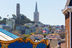 San Francisco Coit Tower vom Rummelplatz Kalifornien Stockbilder
