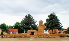 San Francisco de Asis Mission Church i nya Taos - Mexiko på en regnig dag royaltyfri fotografi