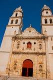 San Francisco de Campeche, México Catedral em Campeche em um fundo do céu azul foto de stock royalty free