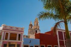 San Francisco de Campeche, Messico La vista delle case e delle palme, nella distanza è la cattedrale di Campeche Immagine Stock Libera da Diritti