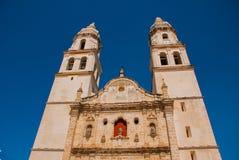 San Francisco de Campeche, Mexico Domkyrka i Campeche på en bakgrund för blå himmel arkivbild