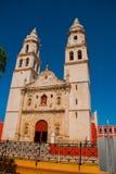 San Francisco de Campeche, Mexico Kathedraal in Campeche op een blauwe hemelachtergrond royalty-vrije stock afbeelding